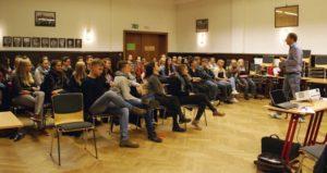 Seminarfachschüler beim Beratungsgespräch mit ihrem Lehrer Nikolaus Meuer