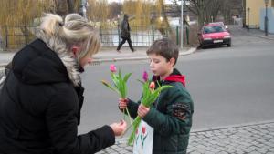 dankeschön spende junge mit rosen
