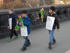 hansa grundschule schüler aktiv am tulpen verteilen