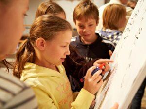 Schüler mit Begeisterung am Flipchart