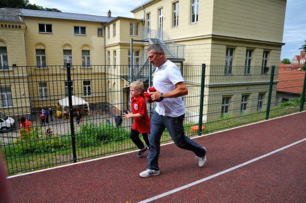 Mann und Kind laufen nebeneinander