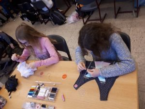 Mädchen nähen beim Upcycling-Projekt