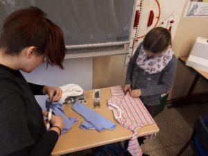 Schüler beim Schneidern