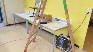 Leiter mit Kabeln
