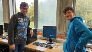 Zwei Schüler mit neuem PC