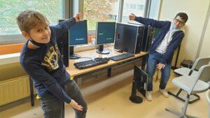 Zwei Schüler mit PCs
