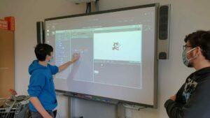 Schüler nutzt interaktive Tafel