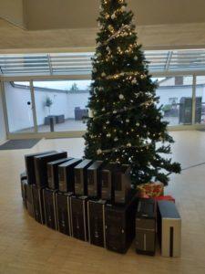 Weihnachtsbaum mit gespendeter Hardware für das Tannenbusch-Gymnasium Bonn