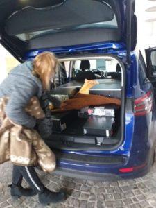 Einladen der gespendeten Geräte ins Auto