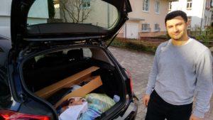 PC-Spende im Kofferraum des Autos