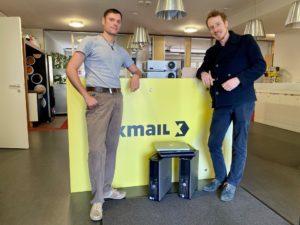 Zwei fröhliche Männer bei der Übergabe der Laptops und PCs