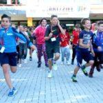 Schüler stürmen begeistert aus der Schule heraus