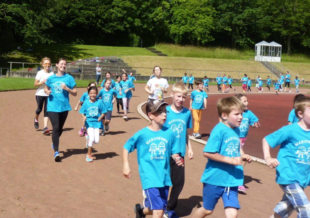 Schüler laufen in blauen T-Shirts