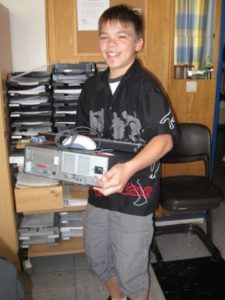 Schüler mit PC im Arm