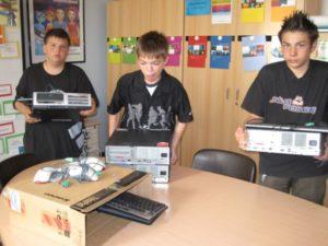 Schüler mit PCs in der Hand