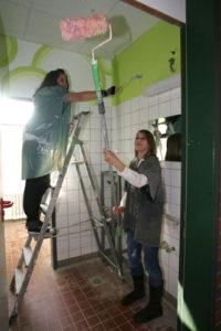 zwei Mädchen in Maler-Kleidung