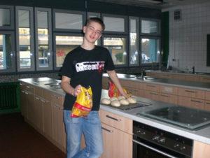 Schüler in der Schul-Küche