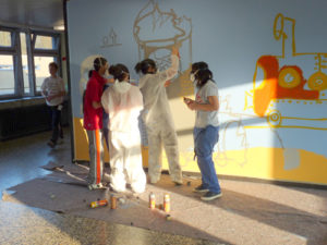 Schüler sprayen an der Wand