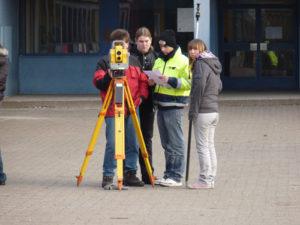 Schüler messen mit Laser