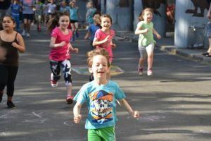 Ein Kind läuft begeistert