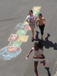 Kinder laufen über den Schulhof