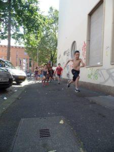 Kinder laufen auf dem Gehweg