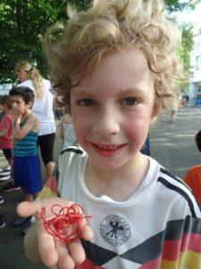 Verschwitzes Kind zeigt Gummibänder