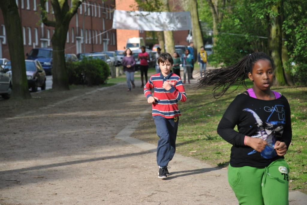Schüler laufen im Park