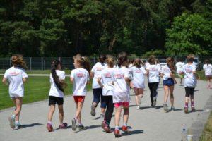 Schüler mit weißen Shirts beim Lauf