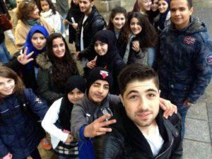 Gruppen-Selfie von Schülern und Geflüchteten aus Achim