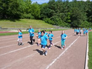 Schüler in blauen T-Shirts