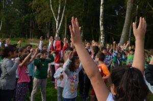 Schüler recken die Arme in die Luft
