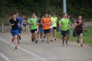 Gruppe laufender Schüler
