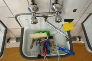 Waschbecken mit Maler-Werkzeug