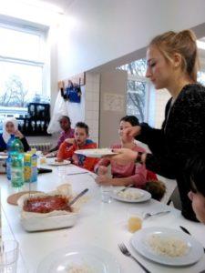 Schülerin füllt Essen auf
