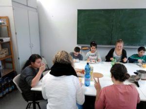 Schüler essen gemeinsam