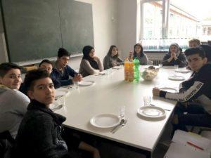 Schüler am Essentisch
