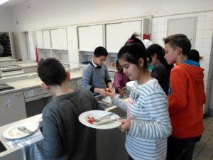 Schüler mit leeren Tellern