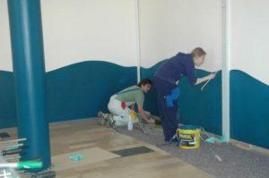 Schüler streichen die Wand