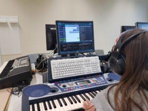 Mädchen vor dem Keyboard