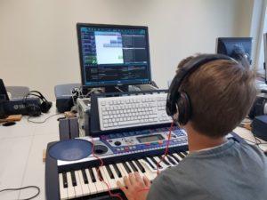 Schüler vor dem PC mit Keyboard