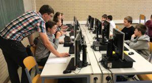 Lehrer hilft Schüler am PC