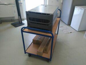 Server transportbereit auf Rollwagen