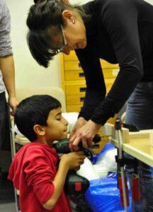 Schüler bohrt Bücherregal