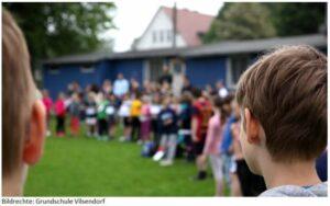 Viele Zuschauer Sponsorenlauf Grundschule Vilsendorf unterstüzen die Läufer