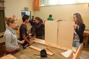 Die Schüler des Gymnasium Farmsen bauen einen Tischkicker