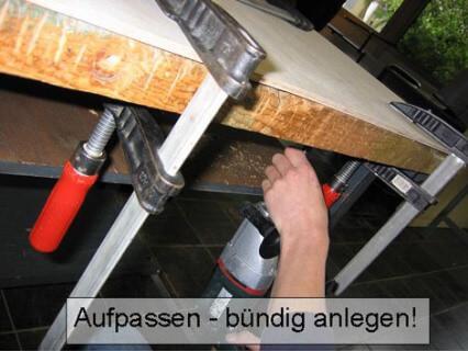 Die Schüler der Drei-Burgen-Schule müssen richtig Hand anlegen um die Werkbänke zu restaurieren