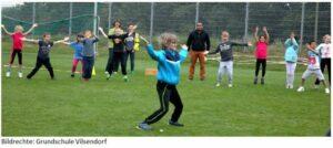 Die Schüler der Grundschule Vilsendorf machen sich warm für den Sponsorenlauf