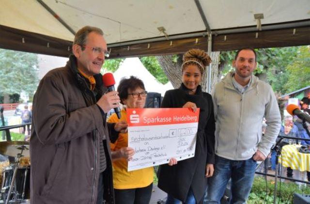 Übergabe der erlaufenen Spenden der Logo der Marion Dönhoff Realschule Brühl