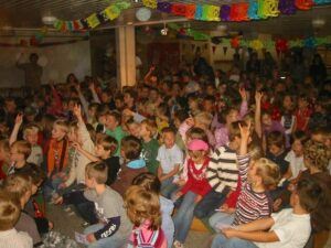 Die Schüler der Schule am See in Groß Twülpstedt in Ihrer neuen Schulbücherei